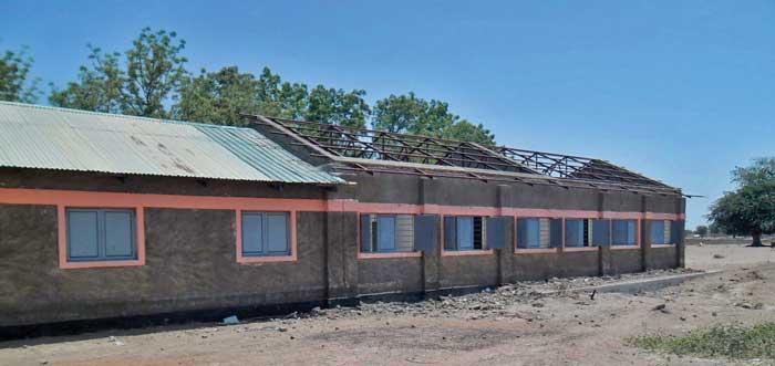 Das beschädigte Dach der St. Augustine Sekundarschule in Turalei muss renoviert werden