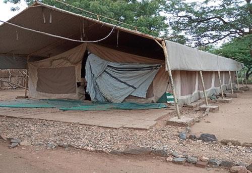 Bis zur Fertigstellung des Schlafgebäudes nächtigen 120 Mädchen in diesem Zelt