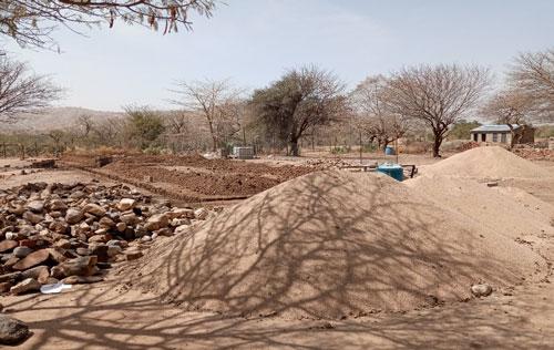 Mit Sand und Steinen hat die Gemeinde zum Fortschritt auf der Baustelle im Februar 2020 beigetragen