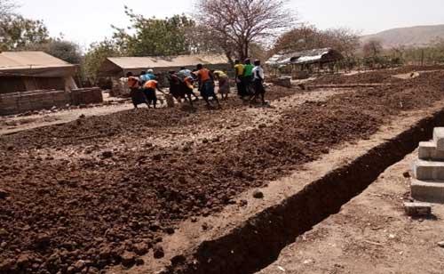 Schülerinnen beteiligen sich am Bau ihres neuen Wohnheims (Februar 2020)