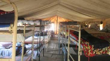 Zelte dienen zurzeit noch als Unterkünfte für Schülerinnen der Internatsschule in Gidel. Das soll sich ändern!